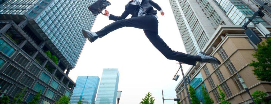 歩きやすい革靴でジャンプするサラリーマン